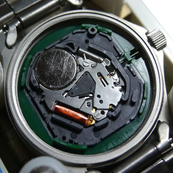 クオーツ式時計内部の例